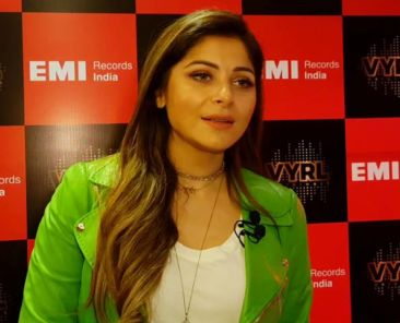 m9fk8bb8_kanika-kapoor_640x480_24_September_18